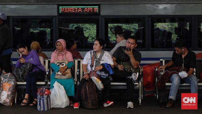 Memasuki H-4 Lebaran, pemudik terus memadati Stasiun Gambir, Jakarta Pusat. volume penumpang hari ini diperkirakan 19.000-20.000 orang. Puluhan ribu penumpang tersebut, akan diangkut menggunakan 45 kereta api berbagai tujuan. Terdiri dari 32 kereta api reguler dan 13 kereta api tambahan.