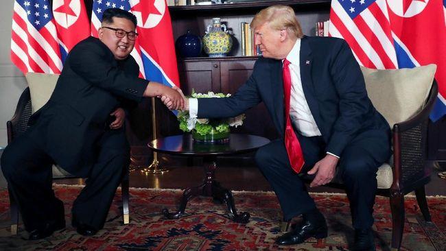 Jabatan tangan paling fenomenal era ini, Kim Jong Un Bertemu secara langsung dengan Presiden Donald Trump di Singapura.