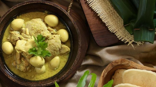 Opor ayam adalah sahabat sejati ketupat dan sambal goreng kentang saat Lebaran, berikut resep opor ayam untuk Anda.