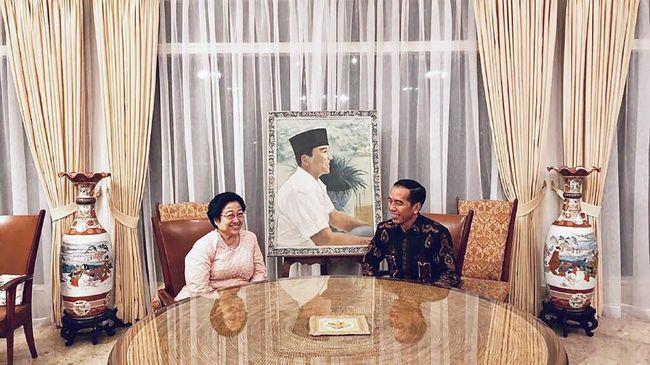 Presiden RI Joko Widodo dan Ketua Umum PDIP Megawati Soekarnoputri bertemu dan berbincang diselingi buka puasa bersama di Istana Batu Tulis, Bogor, kemarin.