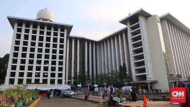Pengurus masjid Istiqlal mengimbau masyarakat yang hendak salat Id di Masjid Istiqlal tiba lebih awal. Pengurus menyarankan warga hadir sejak Subuh.