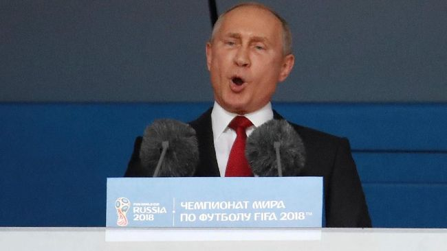 Presiden Rusia, Vladimir Putin memberikan selamat kepada Aleksandr Golovin dkk usai menumbangkan Spanyol di babak 16 besar setelah melewati babak adu penalti.