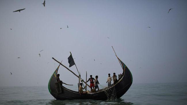 Otoritas Myanmar menyita satu kapal pembawa 93 orang diduga Muslim Rohingya yang berupaya kabur dari kamp penampungan di Rakhine ke Malaysia.