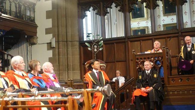 Dari 10 orang yang mendapat gelar Doktor Honoris Causa (H.C) dari Universitas Glasgow, terdapat satu orang Indonesia yaitu S.D. Darmono.