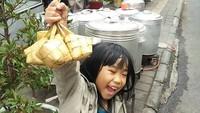 <p>Ketupatnya udah jadi anak ini happy banget. Sudah siap menyantap ketupat dengan opor dan rendang, Nak? (Foto: Instagram/@harrygunarsa) </p>
