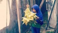 <p>Bahagianya gadis kecil yang satu ini saat melihat ketupat nggak bisa diungkapkan dengan kata-kata, hi-hi-hi. (Foto: Instagram/@tanyaridzia999) </p>