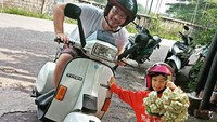 <p>Ekspresi si kecil pas dapat ketupat. Segera deh bawa ke rumah sama ayah ya, Nak. (Foto: Instagram/@riqlondo) </p>