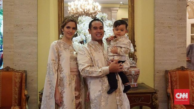 Aktris Nia Ramadhani mengaku selalu kesulitan mengajak ketiga anaknya berfoto bersama saat momen Lebaran tiba. Padahal, itu sudah menjadi tradisi keluarganya.