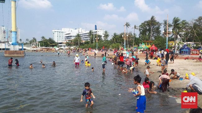 Pihak kawasan wisata Ancol menyiagakan 266 petugas keamanan untuk mengawasi para wisatawan yang berkunjung ke pantai selama libur Lebaran.