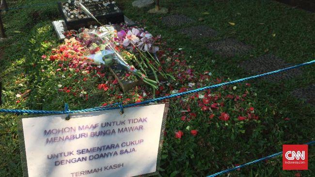 Makam Jupe di Pondok Ranggon, Jakarta Timur, ramai dikunjungi penggemar dan rekan-rekan sesama artis. Jupe meninggal setahun lalu karena kanker leher rahim.