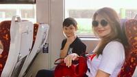<p>Happy-nya Zou saat naik kereta bersama bunda. (Foto: Instagram/ @tamarableszynskiofficial) </p>