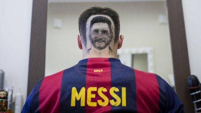 Jika Anda termasuk orang yang suka mencoba-coba gaya rambut baru, maka tak ada salahnya untuk mencoba gaya rambut 'Lionel Messi atau Cristiano Ronaldo.'