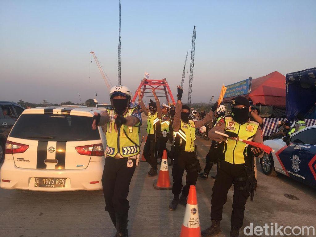 Foto: Polisi Joget Hibur Pemudik di Kalikuto yang Kena Macet