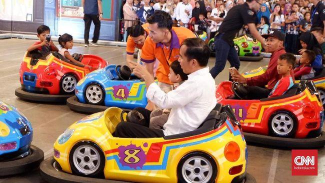 Jokowi dan cucunya Jan Ethes Srinarendra bermain sejumlah wahana permainan di Transmart Yasmin, Bogor. Jokowi bermain bumper car hingga basket.
