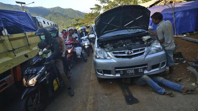 Setelah lelah terlibat dalam kemacetan dan kepadatan lalu lintas pada mudik pekan lalu, kini kaum urban terlibat arus balik usai rayakan lebaran di kampung.