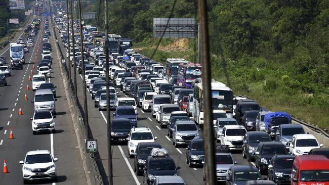 Contraflow Jalan Tol Jakarta-Cikampek (Japek) arah Jakarta diberlakukan untuk mengurai kepadatan puncak arus balik libur tahun baru 2021.