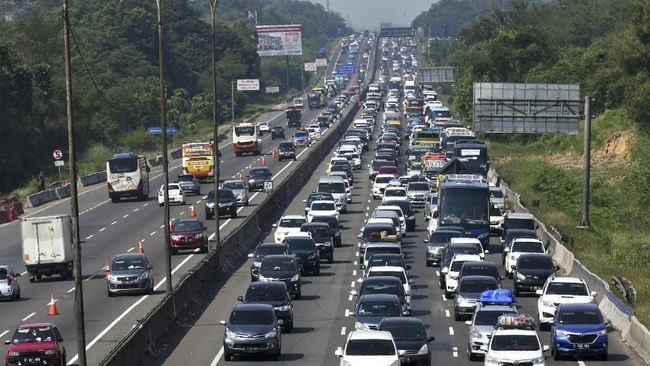 Jasa Marga sempat memberlakukan contraflow untuk mengurai kemacetan di jalan Tol Jakarta-Cikampek dalam arus balik Natal 2019.