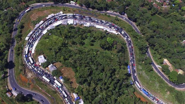Polisi menyebut kemacetan di tol saat arus balik salah satunya dipicu diskon tarif. Diskon membuat masyarakat lebih suka lewat tol ketimbang jalan arteri.