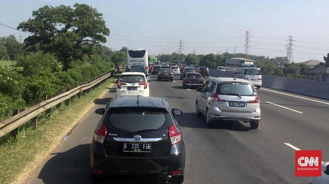 Kemacetan panjang terjadi di sejumlah titik di Pulau Jawa. Perjalanan Kroya-Jakarta yang biasanya ditempuh 7-8 jam, kini ditempuh belasan jam.