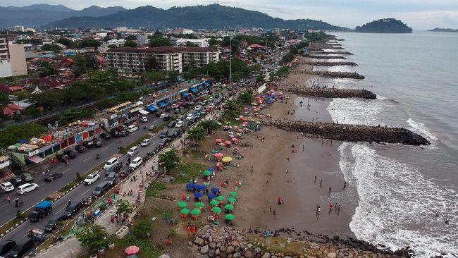 Dengan pasir berwarna cokelat, Pantai Padang bisa menjadi lokasi untuk berjemur, berenang sampai berselancar.