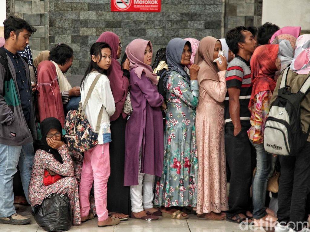 Pemudik Arus Balik Mulai Penuhi Stasiun Tanjung Priok