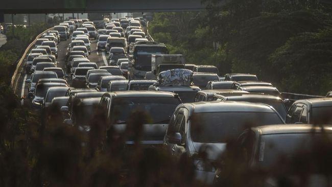 Pengguna Tol Cikampek yang mengarah ke luar Jakarta menyatakan sistem satu arah malah membuat kemacetan di jalur arteri dari Bekasi hingga Pantura.