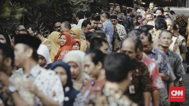 Presiden Joko Widodo akan menaikkan gaji dan pensiunan Pegawai Negeri Sipil (PNS) rata-rata 5 persen pada tahun depan.