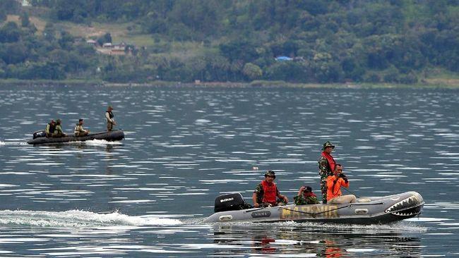 Tim Basarnas menurunkan alat pemindai sonar buat mendeteksi lokasi tenggelamnya KM Sinar Bangun yang berada di perairan sedalam 500 meter.