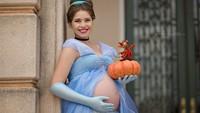 <p>Properti dan editan yang dilakukan Penelope juga nggak main-main lho. Lihat Cinderella yang satu ini, udah siap sama labu dan tikusnya. (Foto: Instagram/penelopeandeline)</p>