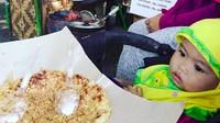 <p>Hmm, si kecil yang mungil ini juga pengen makan kerak telor, Bun. (Foto: Instagram/ @musa_rustam)</p>