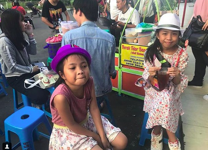 Coba lihat foto anak-anak ini saat makan kerak telor, Bun. Bisa-bisa ngiler dan pengen makan kerak telor deh, he-he-he.