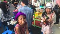 <p>Dua gadis kecil ini juga dengan sabar menanti kerak telor matang. Hi-hi-hi. (Foto: Instagram/ @princess_queenes) </p>