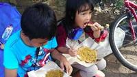 <p>Nyam! Lahapnya bocah ini makan kerak telor. Jadi pengen nih. (Foto: Instagram/ @ophie_vinonie)</p>