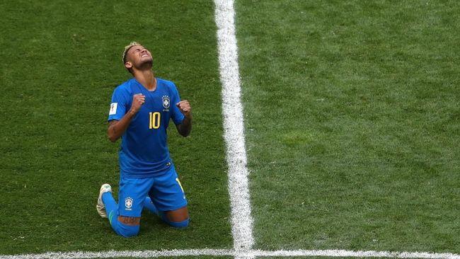 Neymar mulai masuk daftar top skor Piala Dunia 2018 dengan satu gol ke gawang Kosta Rika. Namun, pelatih Brasil menyebutnya bukan mesin.