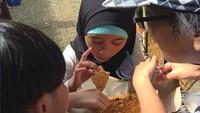 <p>Yang ini judulnya: ngeriung makan kerak telor. He-he-he. (Foto: Instagram/ @organikmellymanuhutu)</p>