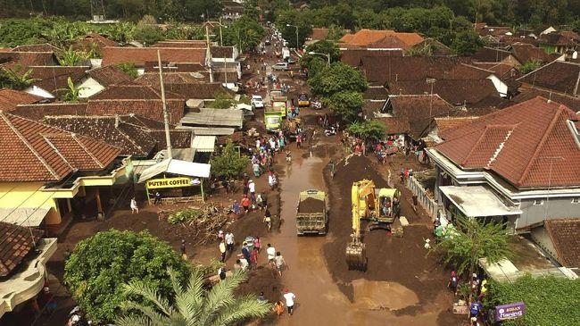 Banjir bandang yang melanda Kabupaten Banyuwangi, Jawa Timur mulai surut. Jalur alternatif Jember-Banyuwangi yang sempat terputus dibuka kembali, Sabtu (23/6).