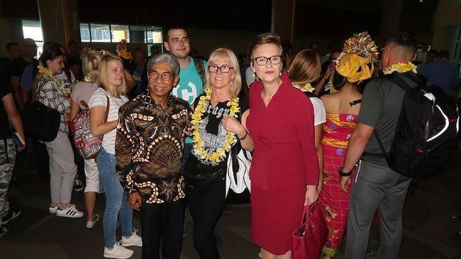 Wamenlu AM Fachir, Dubes RI untuk Polandia Peter F Gontha dan Dubes Polandia untuk Indonesia menyambut kedatangan 252 wisatawan asal Polandia di Denpasar, Bali.