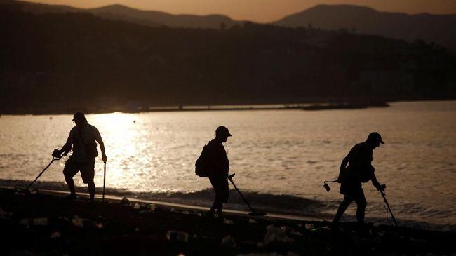 Awalnya warga senang karena mendapat mainan dan sandal, namun sampah-sampah tersebut kian mengotori pantai.