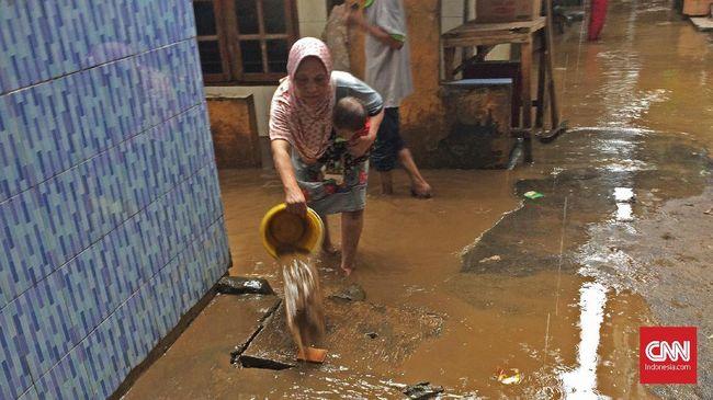 Banjir di Kampung Melayu, Jaktim, yang dipicu oleh air kiriman dari Bogor dan diperparah pasang di Jakut, mulai surut pada Jumat (5/2) siang.