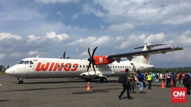 Sejumlah penumpang menaiki pesawat wings air ATR 72-600 tujuan Makassar di Bandara Udara H. Aroeppala, Kabupaten Selayar, Sulawesi Selatan, Selasa, 26 Juni 2018. CNNIndonesia/Safir Makki
