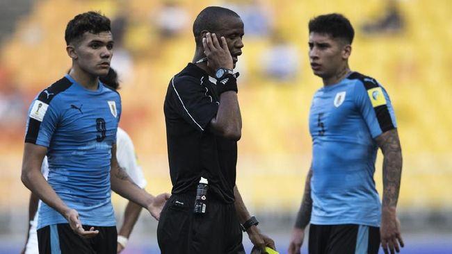 Aksi asisten wasit berlisensi FIFA Frank Komba saat melakukan isolasi diri pencegahan virus corona viral di media sosial.