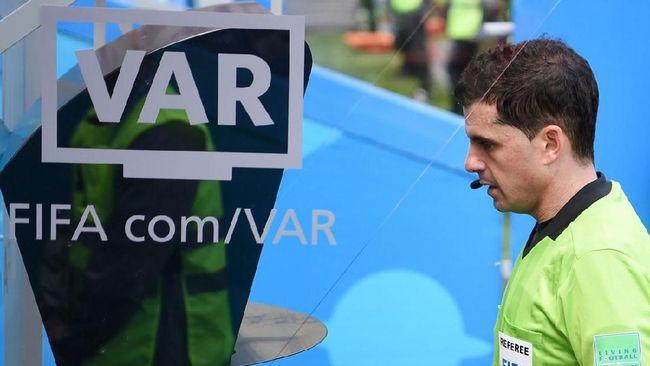 Teknologi VAR digunakan dengan memanfaatkan rekaman video yang terpasang di lapangan untuk mengambil keputusan.