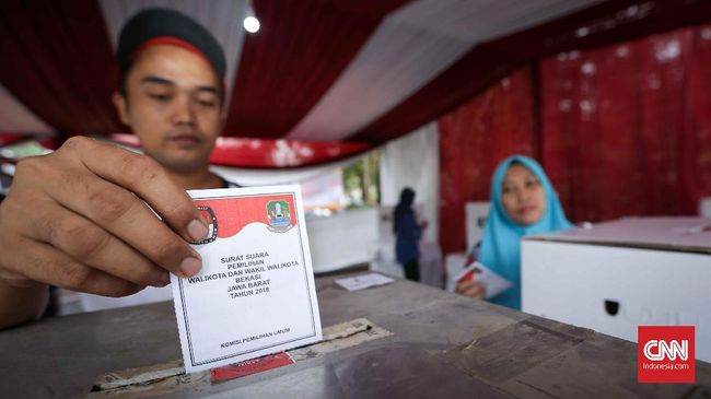 Warga mencoblos di Tempat Pemungutan Suara (TPS)  001 Kelurahan Pekayon Jaya, Kecamatan Bekasi Selatan, Bekasi,  Jawa Barat, Rabu, 27 Juni 2018. Warga Bekasi melakukan dua pemungutan suara secara serentak yaitu Pilkada Walikota Bekasi dan Pilkada Gubernur Jawa Barat. CNNIndonesia/Safir Makki