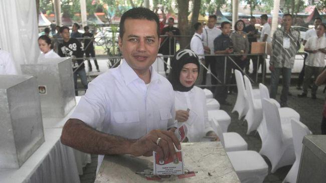 Seseorang wanita merekam video penggeledahan polisi dan menuding berkaitan dengan Pilpres 2019 karena keluarganya enggan memilih Jokowi-Ma'ruf di pilpres.