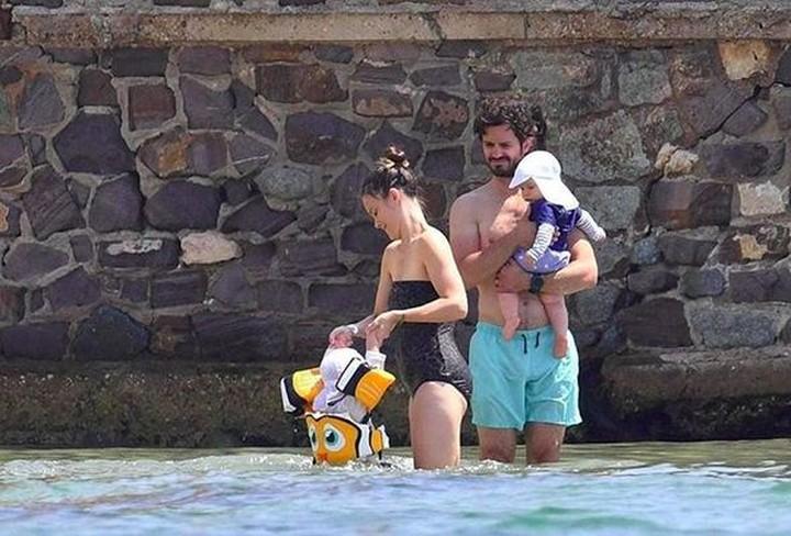 <p>Pangeran Carl Philip dari Swedia dan keluarga sedang asyuk berlibur ke Pantai Sainte Maxime, Prancis. (Foto: Instagram @princessofiafamily)</p>