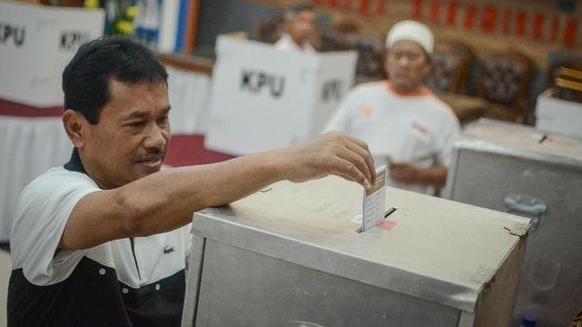 Warga binaan Lapas Sukamiskin yang juga mantan Bupati Bogor Rahmat Yasin memasukkan surat suara ke dalam kotak suara saat memberikan hak suaranya di TPS 51 Lapas Sukamiskin, Bandung, Jawa Barat, Rabu (27/6).  Lapas Klas I Sukamiskin menggelar pemilihan calon Gubernur dan Wakil Gubernur Provinsi Jawa Barat serta Calon Walikota dan Wakil Walikota untuk 201 warga binaan yang berada di Lapas tersebut. ANTARA FOTO/Raisan Al Farisi/ama/18