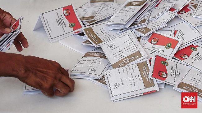 Proses penghitungan surat suara oleh petugas TPS Kampung Pilkada, Sawangan Depok. Rabu, 27 Juni 2018. CNN Indonesia/Andry Novelino