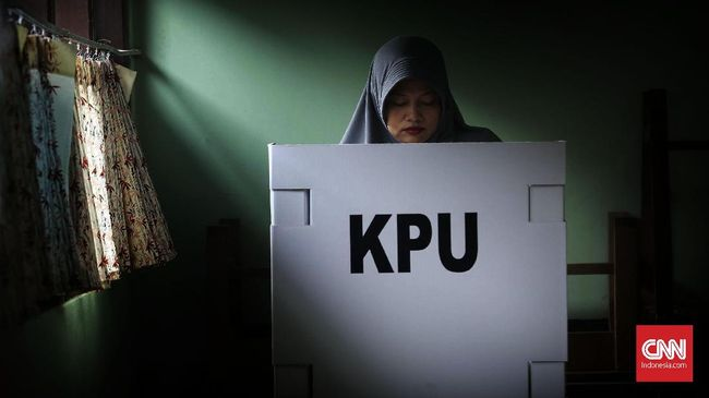 Warga mencoblos di Tempat Pemungutan Suara (TPS)  27 Kelurahan Jatirasa, Kecamatan Jatiasih, Jawa Barat, Rabu, 27 Juni 2018. Warga Bekasi melakukan dua pemungutan suara secara serentak yaitu Pilkada Walikota Bekasi dan Pilkada Gubernur Jawa Barat. CNNIndonesia/Safir Makki