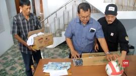 VIDEO: Panwaslu Cirebon Sita Barang Bukti Serangan Fajar