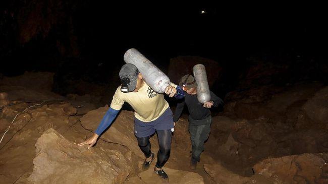 Setelah sembilan hari pencarian, 12 remaja dan seorang pelatihnya yang terjebak dalam gua di Thailand berhasil ditemukan.